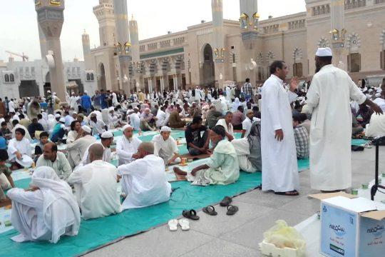 Nikmatnya Menanti Waktu Berbuka di Masjid Nabawi Madinah
